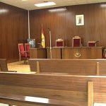 Una mujer es condenada a pagar 855 euros por una patada en los genitales a un hombre